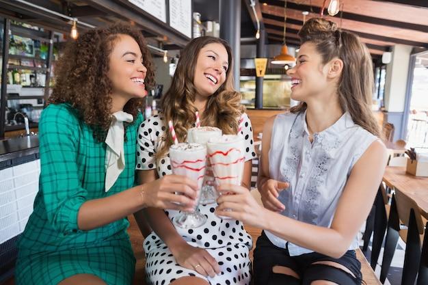 Vriendinnen juichen drankje in restaurant
