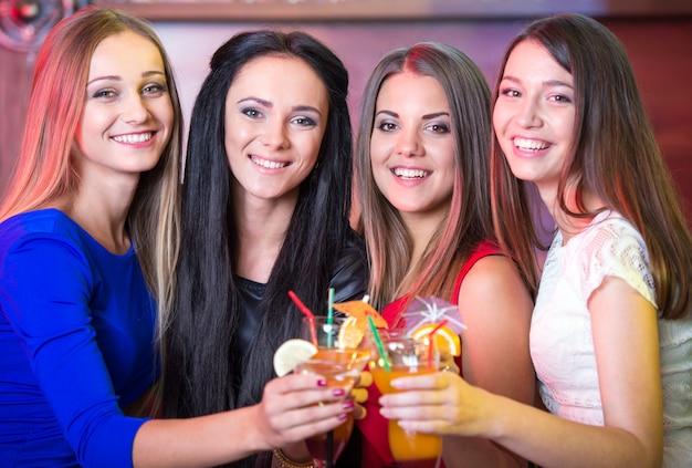 Vriendinnen kwamen naar feest om cocktails te drinken en te ontspannen.