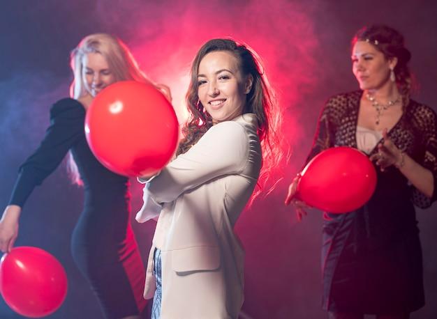Vriendinnen met ballonnen op feestje