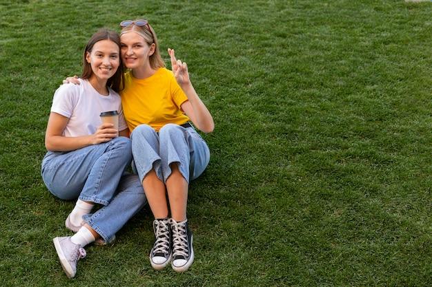 Vriendinnen met behulp van gebarentaal buitenshuis met kopie ruimte