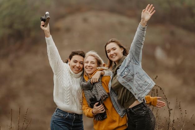 Vriendinnen met smiley die foto's maken