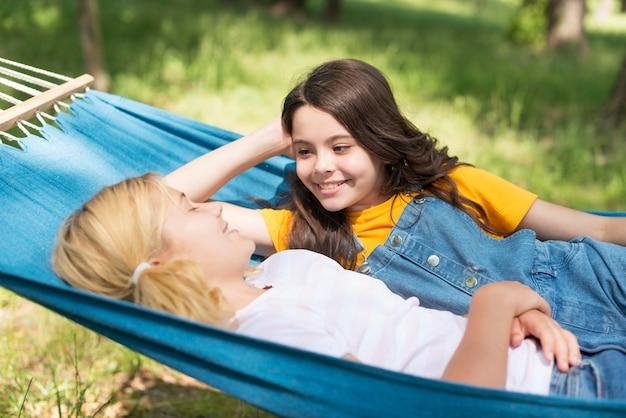 Vriendinnen ontspannen in een hangmat