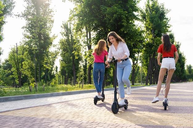 Vriendinnen plezier tijdens het rijden op een elektrische scooter