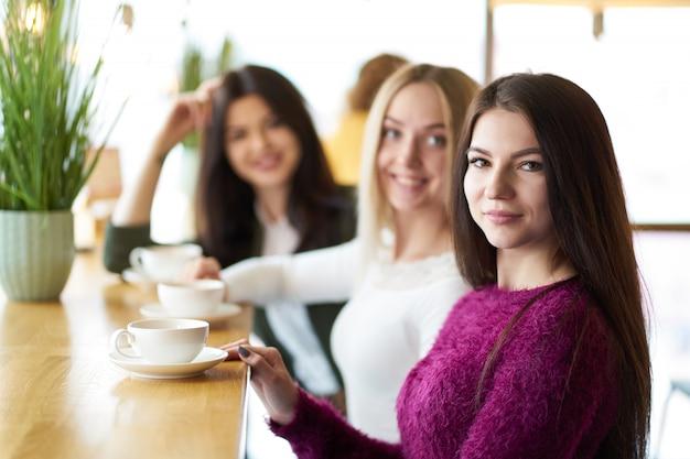Vriendinnen praten tijdens theetijd in café