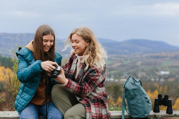 Vriendinnen rusten op een bankje in de bergen