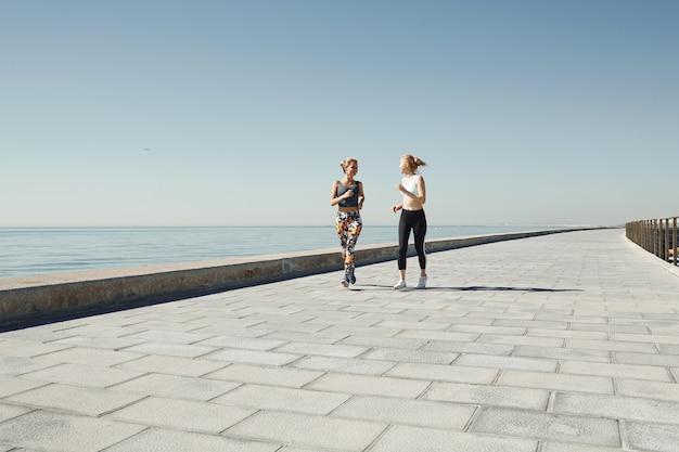 Vriendinnen samen joggen