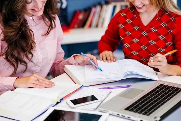 Vriendinnen studeren samen aan tafel