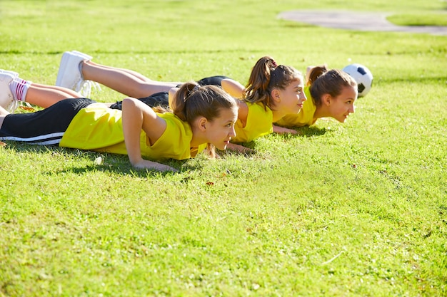 Vriendinnen tieners push-ups workout in het park
