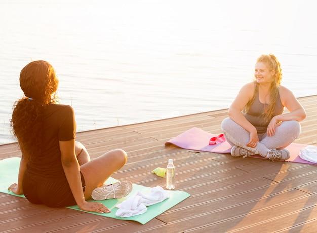 Vriendinnen trainen bij het meer