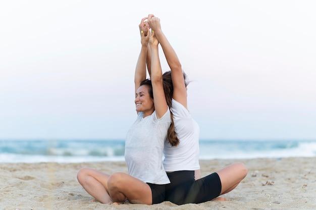 Vriendinnen trainen op het strand