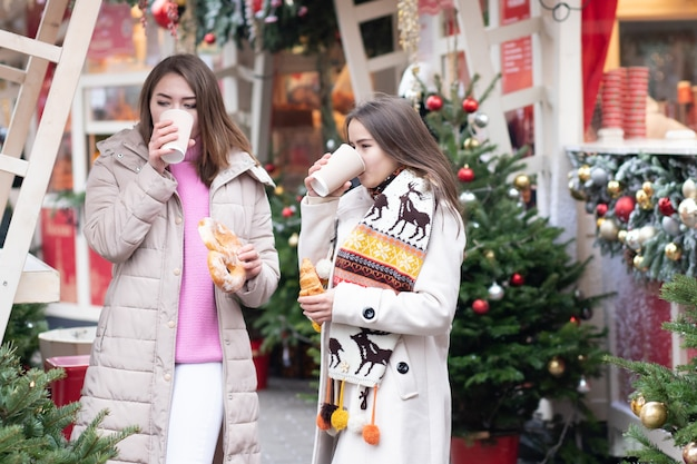 Vriendinnen van jonge meisjes ontmoetten elkaar in de stad, wandelen, drinken koffie met een broodje, praten, discussiëren, lachen.