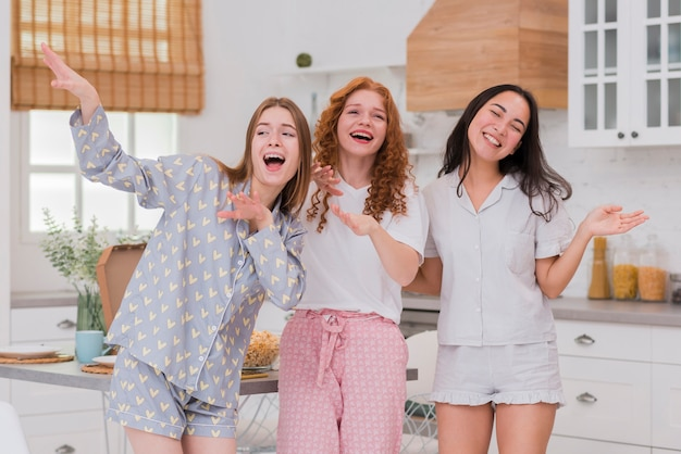 Vriendinnen zingen op pijama feestje