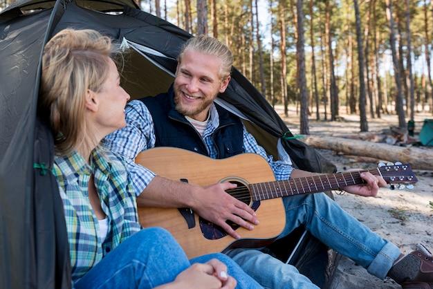 Vriendje akoestische gitaar spelen