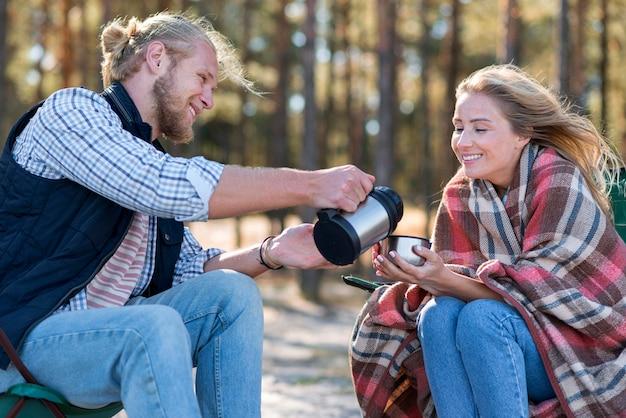 Vriendje koffie schenken aan zijn vriendin