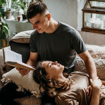Vriendje leest een liefdesverhaal voor zijn vriendin