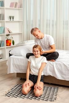 Vriendje speelt met het haar van zijn vriendin
