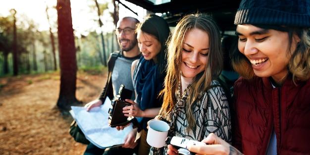 Vriendschap camping koffie jeugd vakantie concept