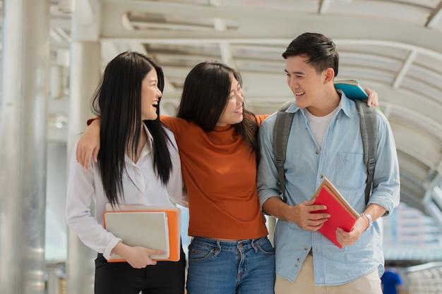 Vriendschap op de campus, studenten met boeken brengen samen tijd door.
