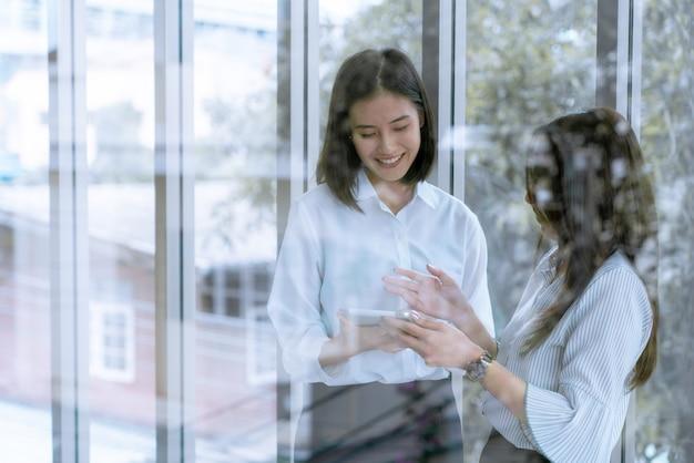Vriendschap op kantoor officier is blij praten aandelen mening samen