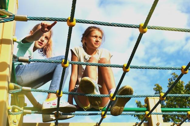 Vriendschap vriendschap voor altijd twee tienermeisjes buiten