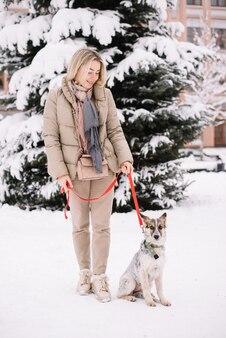 Vriendschap vrouw en hond wandelen in de straat