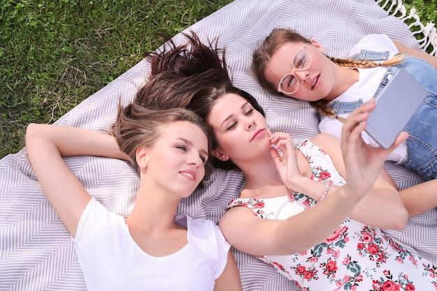 Vriendschap. vrouwen in het park gedurende de dag