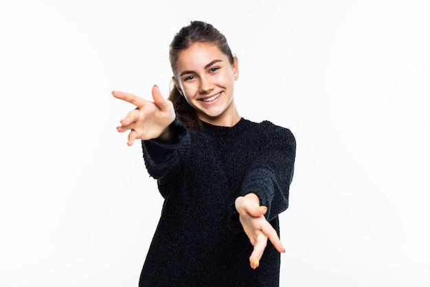 Vriendschappelijke vrouw met een open hand klaar voor koesteren geïsoleerd op witte muur