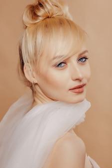 Vrij aantrekkelijk meisje met blond haar, mode schieten, roos, eenvoudige achtergrond