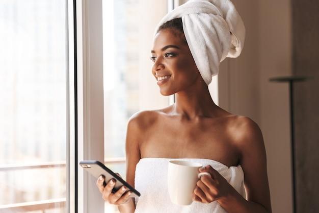 Vrij afrikaanse vrouw gewikkeld in een handdoek