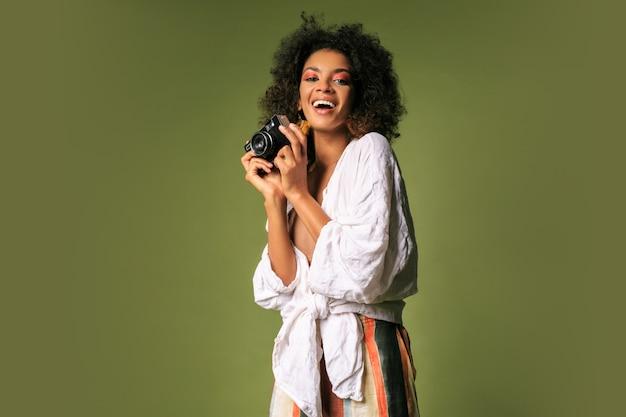 Vrij afrikaanse vrouw met afro kapsel poseren