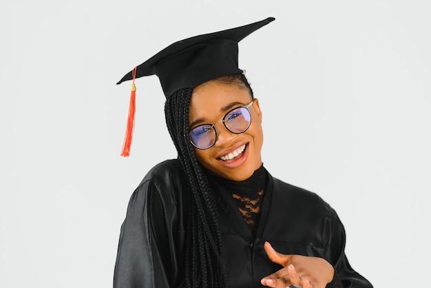 Vrij afrikaanse vrouwelijke afgestudeerde bij afstuderen