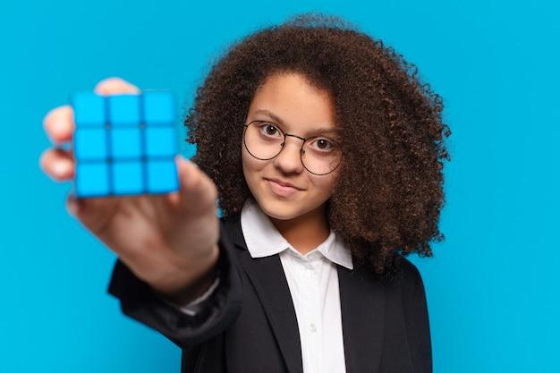 Vrij afro tiener bedrijfsmeisje dat een intelligentieprobleem oplost