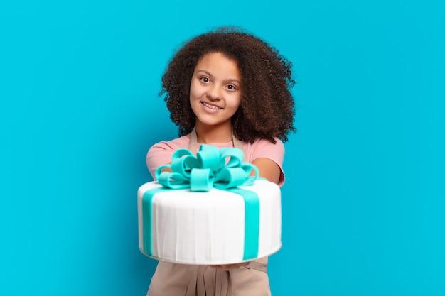 Vrij afro tienermeisje met een verjaardagstaart. bakkerij concept