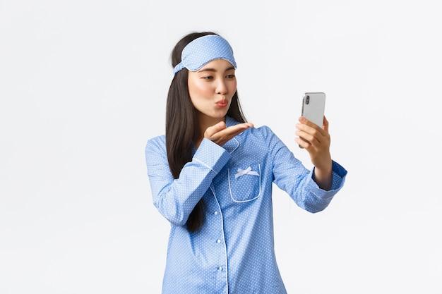 Vrij aziatisch meisje in het blauwe pyjama's stellen