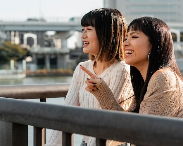 Vrij aziatische meisjes die samen ontspannen