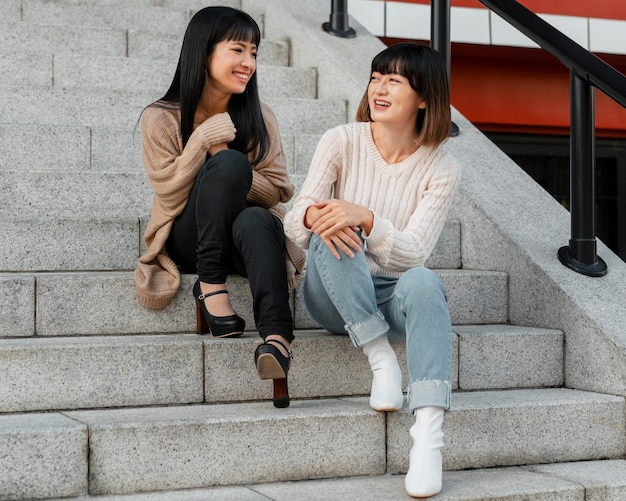 Vrij aziatische meisjes die samen stellen
