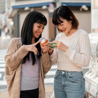 Vrij aziatische meisjes gelukkig samen