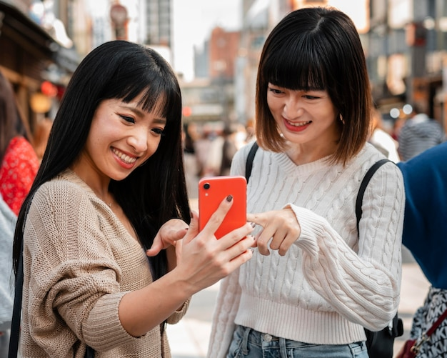 Vrij aziatische meisjes samen buitenshuis