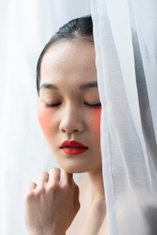 Vrij aziatische vrouw die samenstelling draagt
