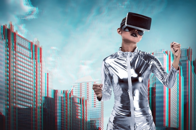 Vrij aziatische vrouw die zilveren latex jumpsuit en vr-hoofdtelefoon binnen virtuele wereld draagt