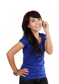 Vrij aziatische vrouw op de telefoon