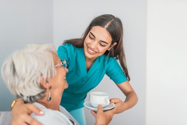 Vrij behulpzame werker uit de hulpverlening die met vrouwelijke patiënt spreekt