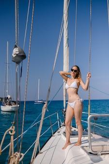 Vrij blond meisje draagt sexy mode zwembroek zomer reis op een jacht