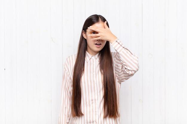 Vrij chinese vrouw tegen witte muur