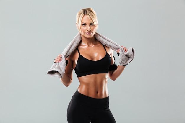 Vrij de jonge handdoek van de sportvrouwholding