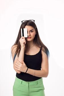 Vrij donkerbruin studentenmeisje in groene broek