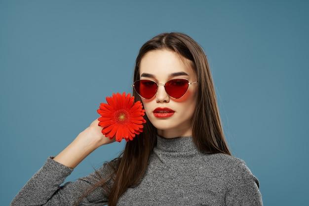 Vrij donkerbruine rode bloem dichtbij close-up van het gezichtsportret