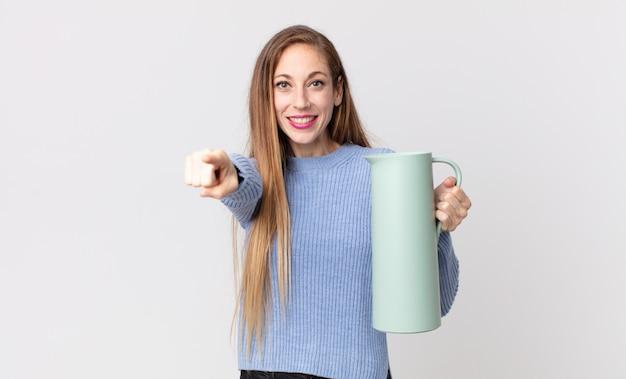 Vrij dunne vrouw met een koffiethermos