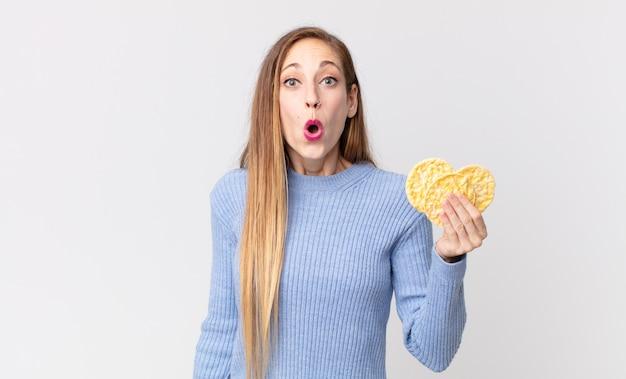 Vrij dunne vrouw met een rijstdieetcakes