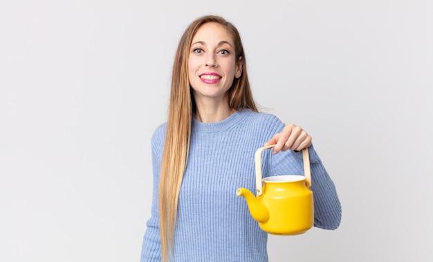 Vrij dunne vrouw met een theepot